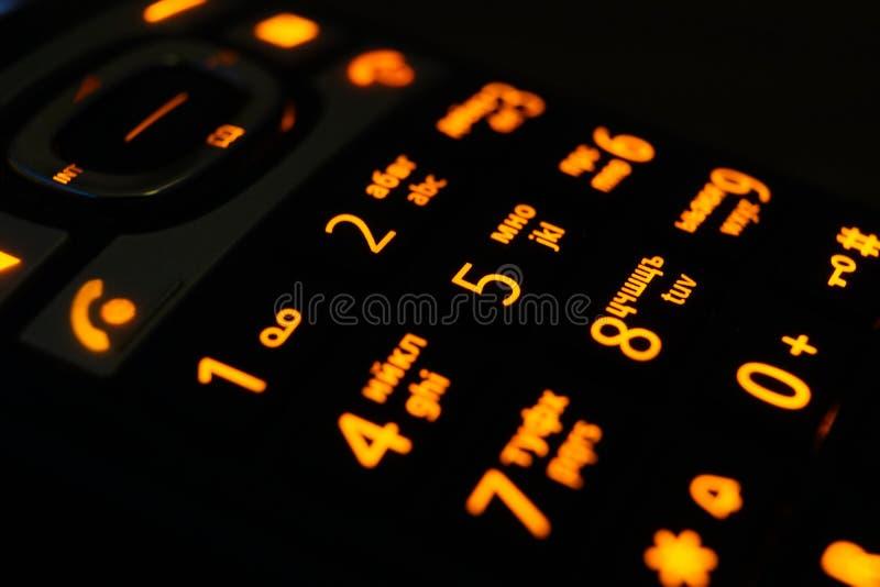 Boutons rougeoyants de téléphone dans le macro tir foncé, focalisation sélective image stock