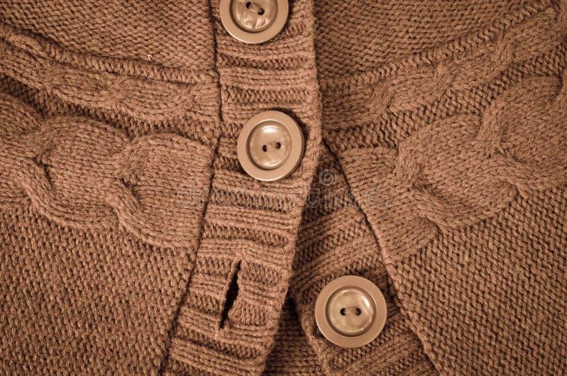 Boutons sur le chandail tricoté photographie stock libre de droits