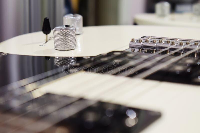 Boutons sur une guitare électrique, une partie d'une guitare électrique photos stock