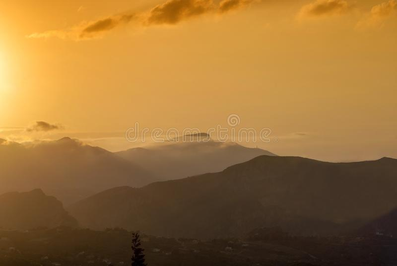 Bouts droits sensibles de brume le long de la montagne photos libres de droits