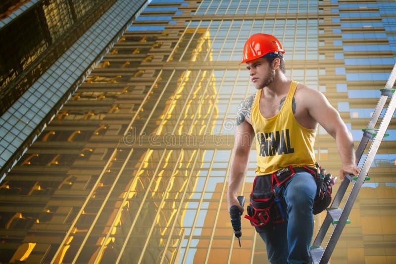 Bouw, de bouw en arbeidersconcept - Kaukasische mannelijke bouwer die witte helm dragen stock afbeeldingen