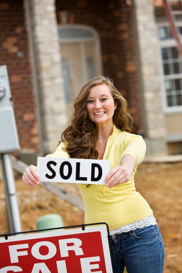 Bouw: De vrouw koopt Eerste Huis stock foto