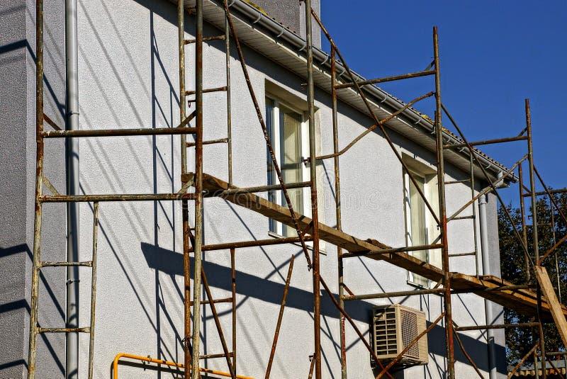 Bouw en reparatie van een privé huis met vensters stock foto
