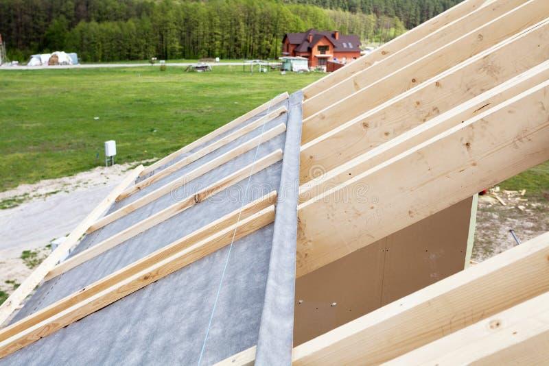 Bouw het dak van een nieuw huis Het waterdichte in lagen aanbrengen stock foto