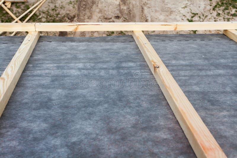 Bouw het dak van een nieuw huis Het waterdichte in lagen aanbrengen royalty-vrije stock afbeelding