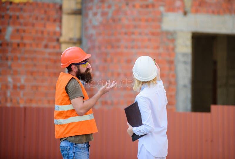 Bouw industrieel project Bespreek vooruitgangsproject huis pictogram dat van sleutels, op bakstenen muurachtergrond wordt gemaakt royalty-vrije stock afbeeldingen