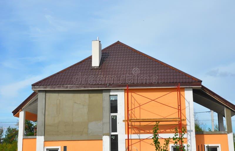 Bouw nieuw huis met dakwerk, het bevestigen voorgevel, isolatie, het pleisteren en het schilderen muren royalty-vrije stock fotografie