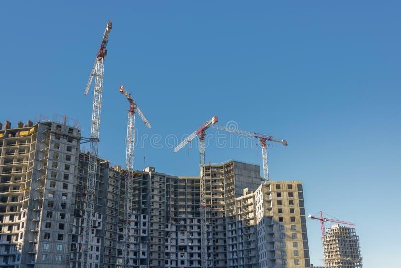 Bouw op grote schaal van een wooncomplex met een mening van bouwkranen royalty-vrije stock foto's