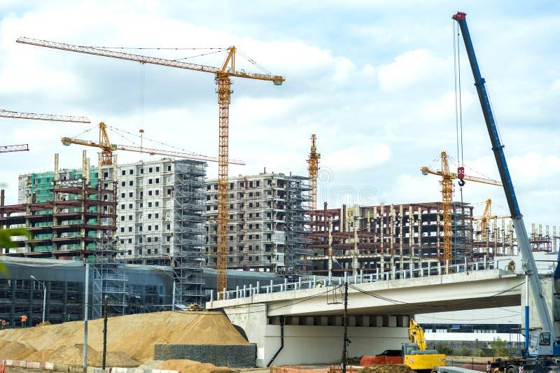 Bouw op grote schaal van high-rise gebouwen en brug in de voorgrond royalty-vrije stock foto
