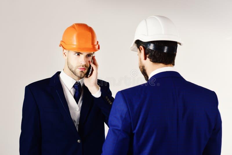 Bouw, techniek, zaken, architectuur, partnerchip, beroepsconcept Ondernemer en architect met stock afbeeldingen