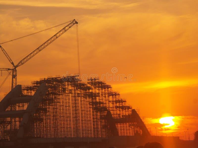 Bouw van de brug en de zonsondergang royalty-vrije stock afbeelding