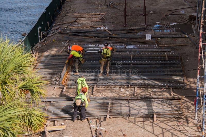 Bouw van de bouw dichtbij brug royalty-vrije stock afbeelding