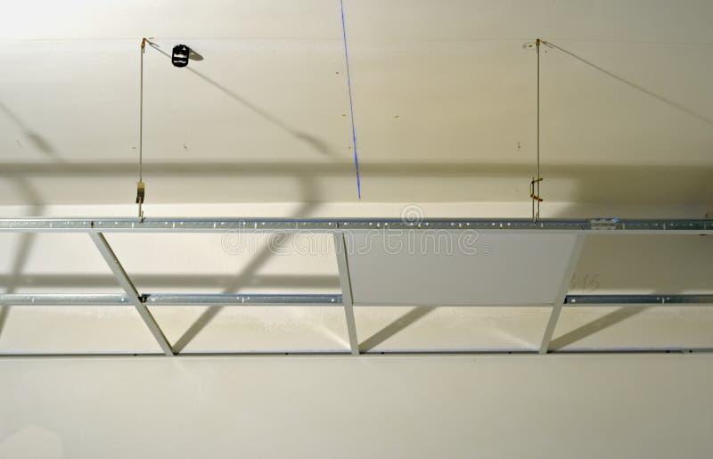 Bouw van de structuur van een opgeschort plafond stock afbeeldingen