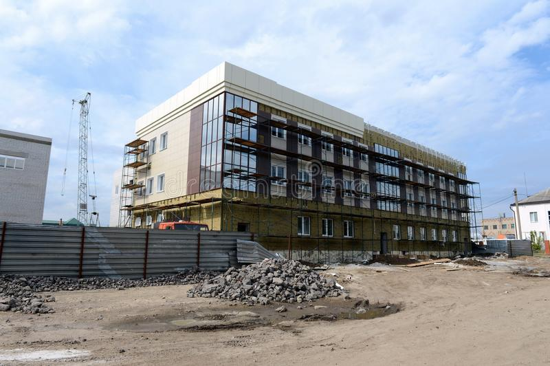 Bouw van een administratief gebouw op de weg van Moskou in Yelets, Lipetsk-gebied royalty-vrije stock fotografie