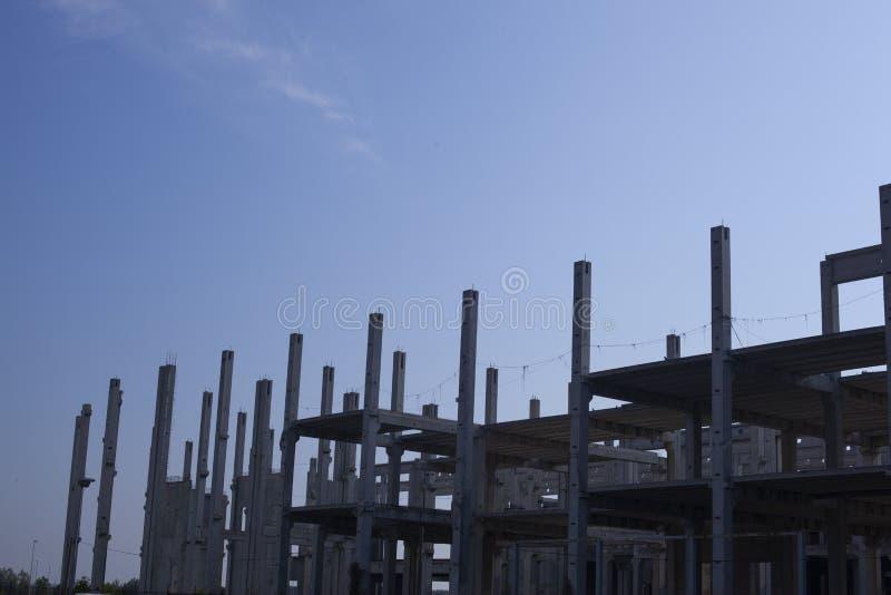 Bouw van een betonconstructie voor het toekomstige winkelcentrum royalty-vrije stock afbeelding
