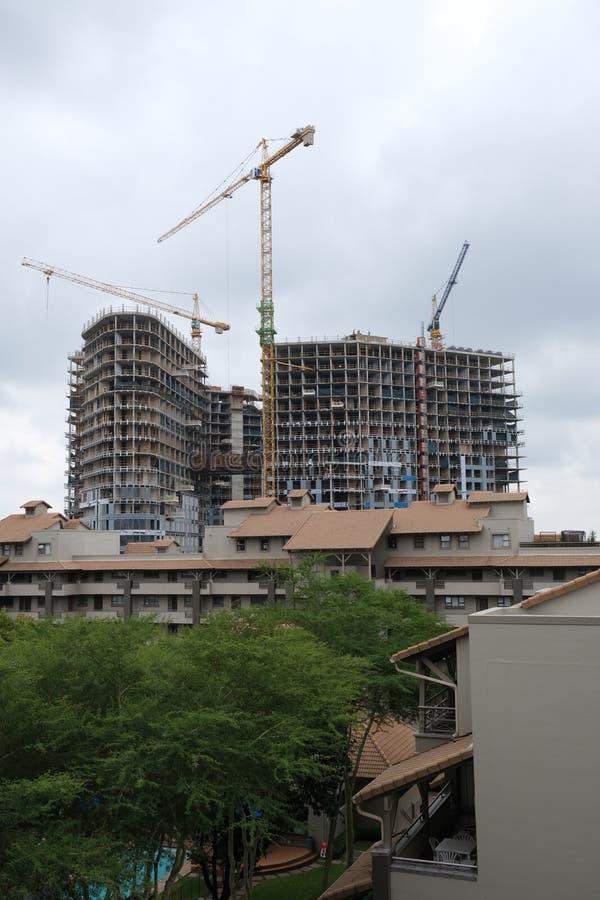 Bouw van een high-rise gebouw in Sandton, Johannesburg, Soiuth Afrika op 2 April 2019 stock foto's
