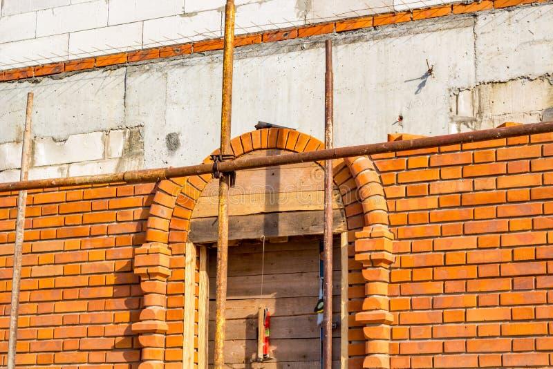 Bouw van een ouderwets gebouw met overspannen vensters stock foto