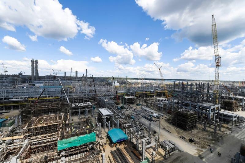 Bouw van een petrochemische stof en olieraffinaderij stock afbeeldingen