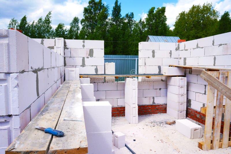 Bouw van een privé huis van gelucht beton Bakstenen die in openlucht leggen royalty-vrije stock fotografie