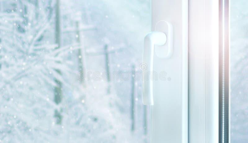 Bouw van het metaal de plastic venster met buiten het weer van de sneeuwwinter royalty-vrije stock foto