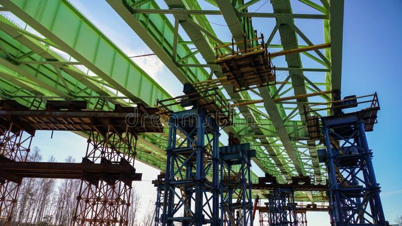 Bouw van het viaduct over de functionerende spoorwegen en de wegen royalty-vrije stock afbeeldingen