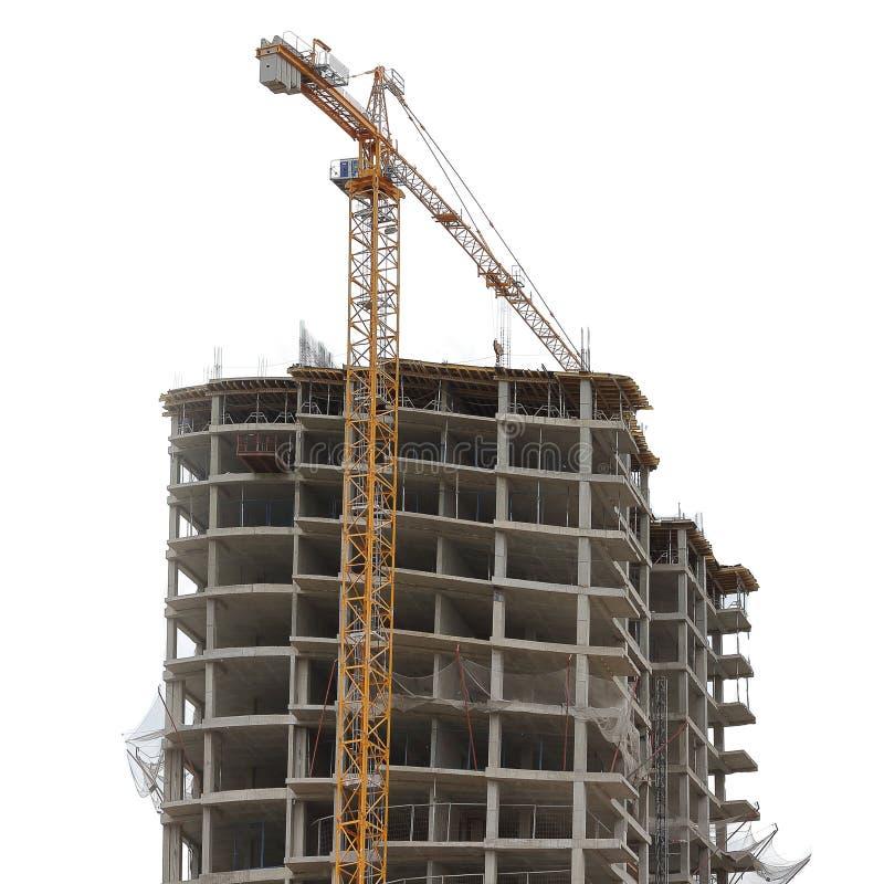 Bouw van monolithisch huis met meerdere verdiepingen en de industriële die bouw kraan op witte achtergrond wordt geïsoleerd stock foto's