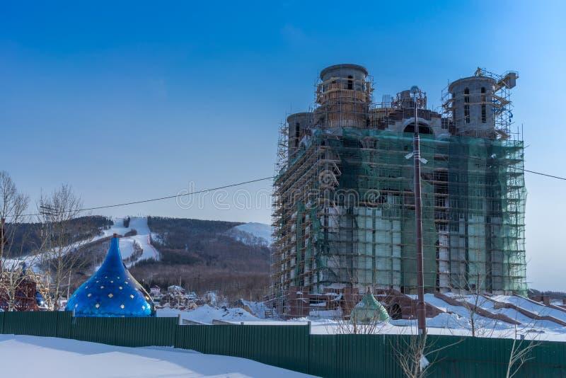 Bouw van nieuwe Orthodoxe kerk in Russische verre noordelijk aan stock afbeeldingen