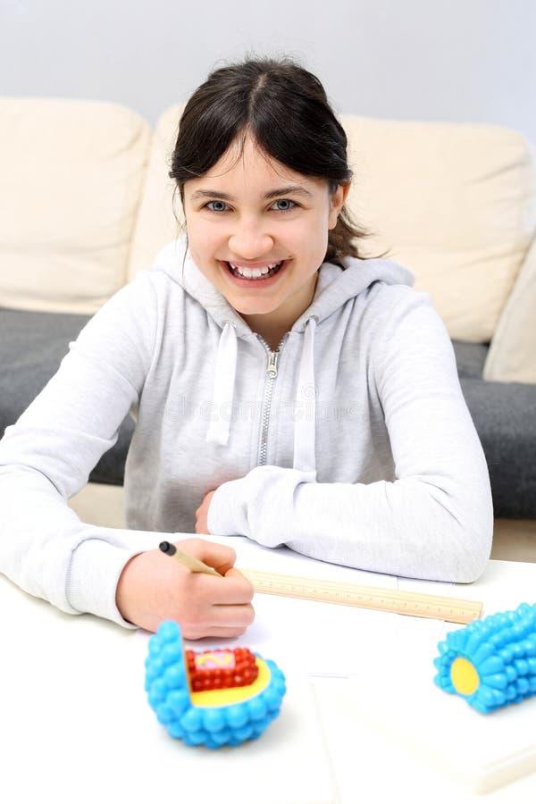 bouw van virussen Het schoolmeisje schrijft nota's royalty-vrije stock foto's