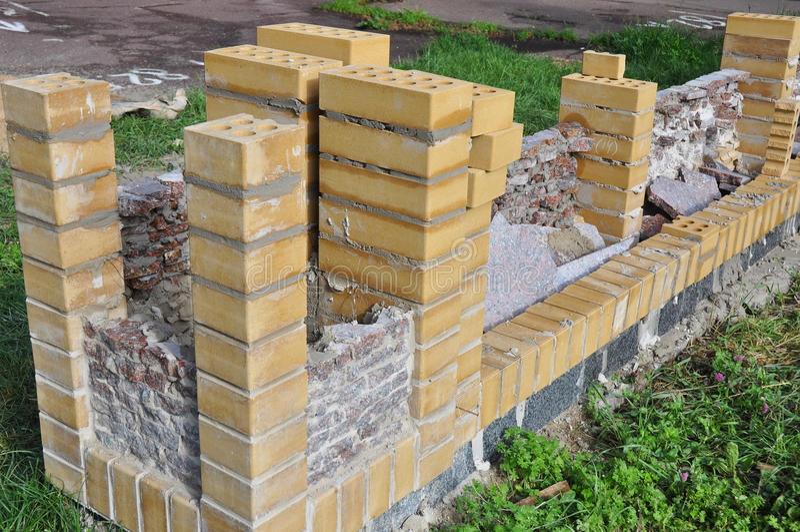 Bouwbakstenen muur bricklaying royalty-vrije stock afbeelding