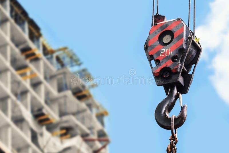 Bouwconstructieplaats - kraanhaak tegen blauwe hemel royalty-vrije stock afbeeldingen