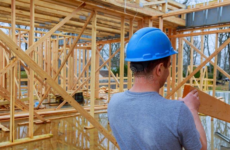 Bouwcontractanten die nieuw huis bouwen stock afbeelding
