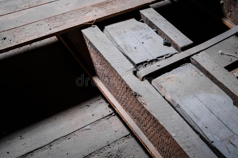 Bouwdetail, metaal en houten straalclose-up in zolder/zolder stock afbeelding