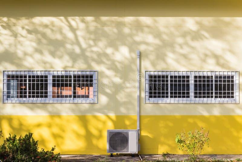 Bouwdetails: De vensters van het aluminiumglas met gebogen staal royalty-vrije stock fotografie