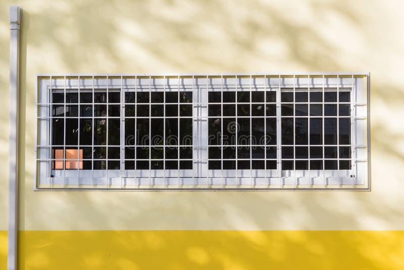 Bouwdetails: De vensters van het aluminiumglas met gebogen staal royalty-vrije stock foto