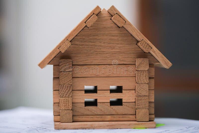 Bouwend huis op blauwdrukken met arbeider - bouwproject royalty-vrije stock afbeelding