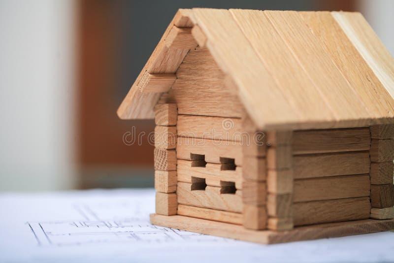 Bouwend huis op blauwdrukken met arbeider - bouwproject royalty-vrije stock foto's
