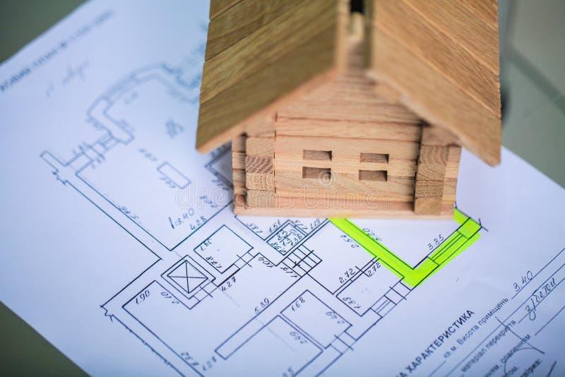 Bouwend huis op blauwdrukken met arbeider - bouwproject royalty-vrije stock foto
