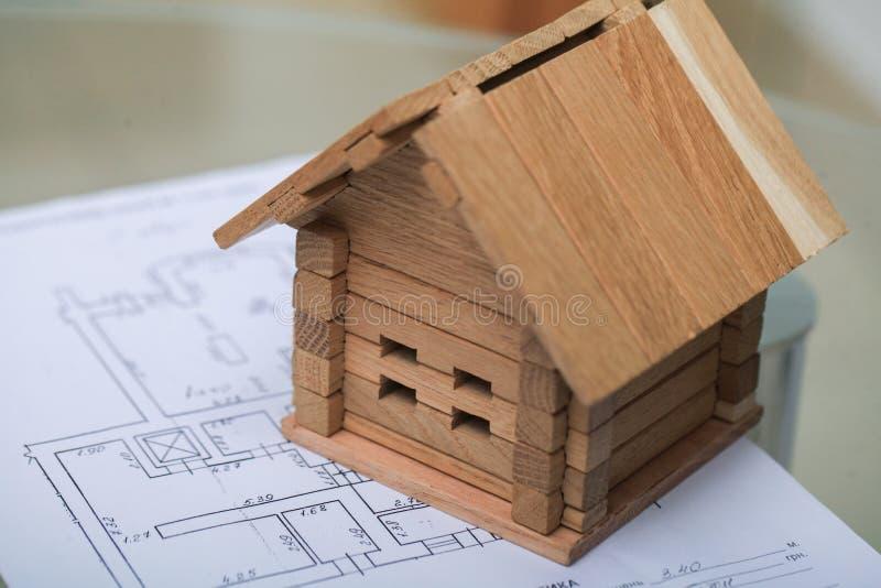 Bouwend huis op blauwdrukken met plan - bouwproject royalty-vrije stock foto