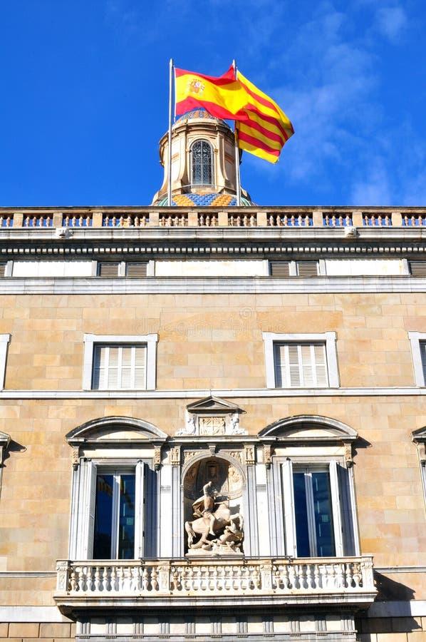 Bouwend met Spaanse, Catalaanse vlaggen stock afbeelding