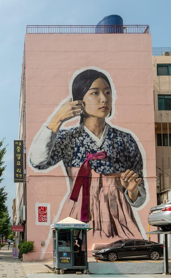 Bouwend muurmuurschildering die een Koreaans meisje met traditioneel kostuum afschilderen bij hangang-Daero, Seoel, Zuid-Korea royalty-vrije stock fotografie