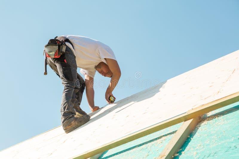 Bouwer aan het werk met houten dakbouw royalty-vrije stock afbeeldingen