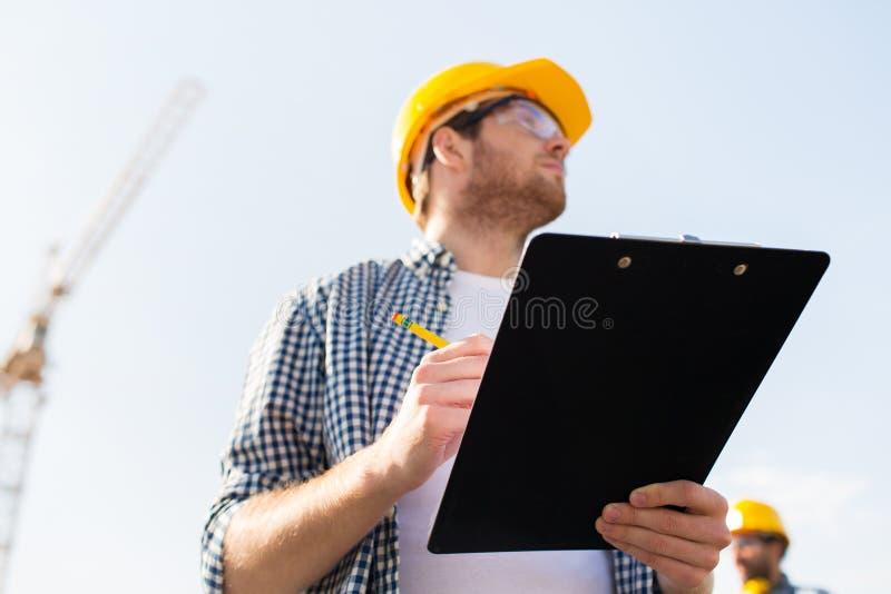 Bouwer in bouwvakker met klembord in openlucht royalty-vrije stock afbeeldingen