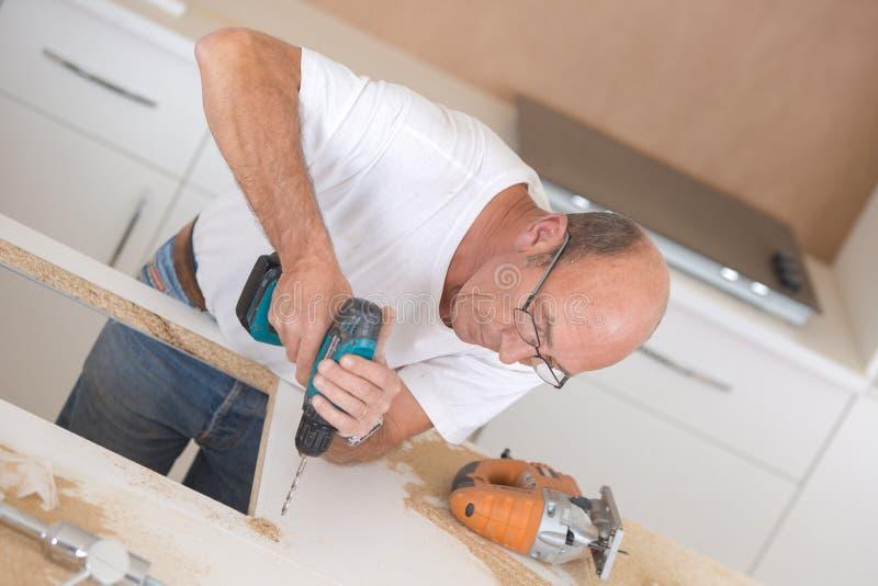 Bouwers boorgat in worktop stock afbeeldingen