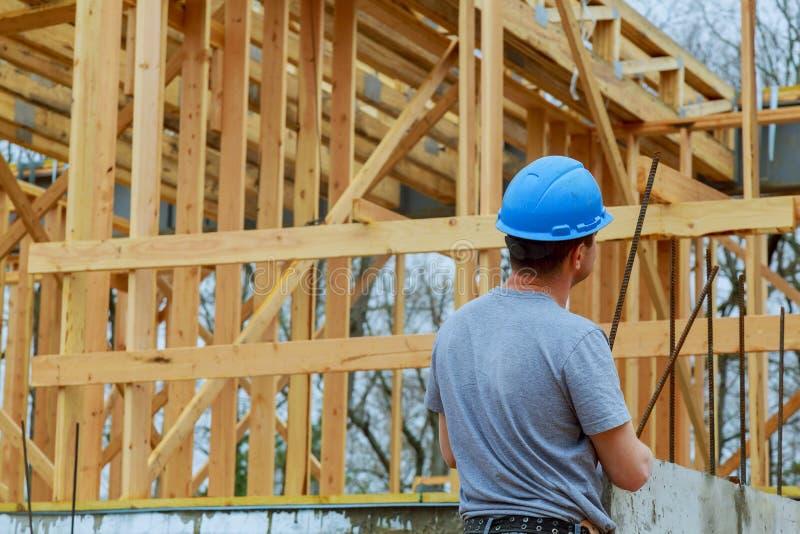 Bouwers op bouwwerf nieuw huis in aanbouw royalty-vrije stock fotografie