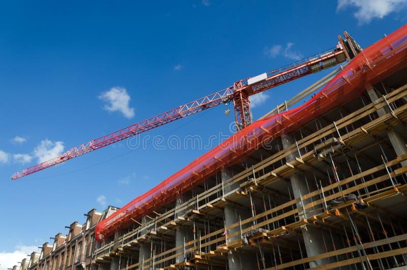 Bouwkraan en het gebouw stock fotografie