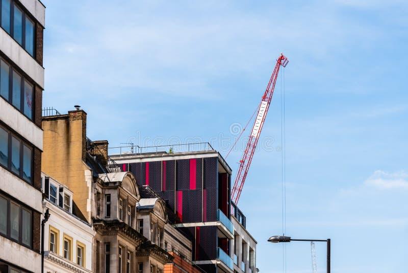 Bouwkraan in het inbouwen van Mayfair-gebied in Londen royalty-vrije stock afbeeldingen