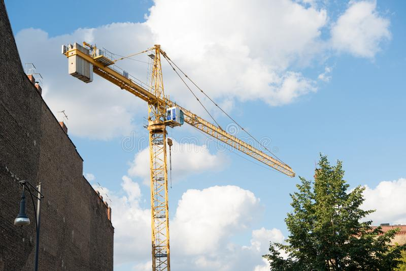 Bouwkraan op achtergrond van de bouwwerf de bewolkte hemel Architectuur en de Bouw Technologie en Industrie stock afbeeldingen
