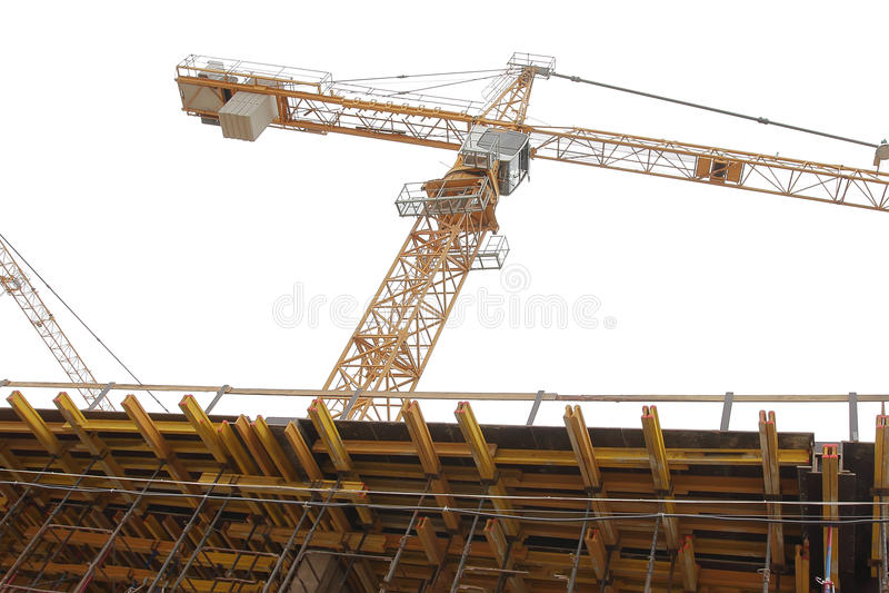 Bouwkraan op bouwwerf op witte achtergrond stock afbeelding