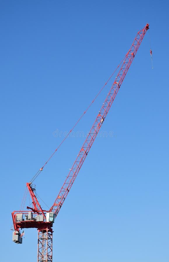 Bouwkranen tegen een blauwe hemelachtergrond stock foto