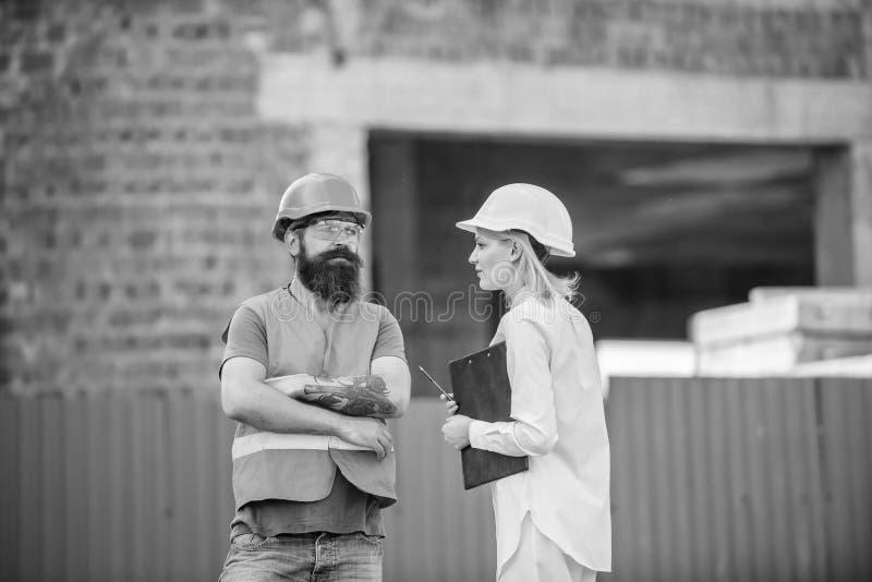 Bouwproject het inspecteren Het concept van de veiligheidsinspecteur De inspectie van de bouwwerfveiligheid Bespreek vooruitgangs stock foto's